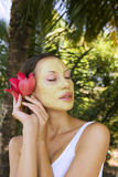 Mulher com máscara facial da argila de Multani Matti do indiano, termas da beleza Fotografia de Stock