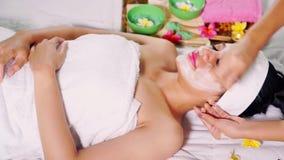 Mulher com máscara facial no salão de beleza video estoque