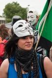 A mulher com máscara anônima durante a demonstração contra Monsanto e o transatlantique tratou para a produção de GMO em E Fotografia de Stock Royalty Free
