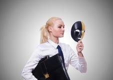 Mulher com máscara no conceito da hipocrisia Fotos de Stock