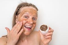 Mulher com máscara vulcânica marrom em sua cara fotografia de stock