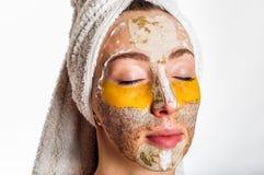 Mulher com máscaras diferentes em sua cara Fotos de Stock