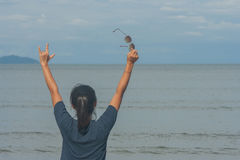 Mulher com a mão que levanta-se na praia fotografia de stock royalty free