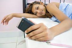 Mulher com móbil Imagem de Stock
