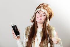 Mulher com música de escuta do telefone esperto Fotos de Stock Royalty Free