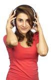 Mulher com música de escuta dos auscultadores Fotos de Stock