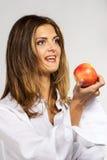 Mulher com maçã vermelha Imagem de Stock