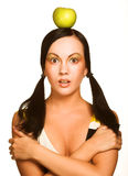 Mulher com a maçã em sua cabeça, sobre o branco Fotografia de Stock