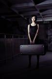 Mulher com mala de viagem imagens de stock