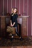 Mulher com a mala de viagem em poses pretas Imagens de Stock