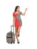 Mulher com mala de viagem que aponta seu dedo Imagens de Stock Royalty Free