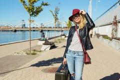 Mulher com mala de viagem que prepara-se para sua viagem Imagem de Stock Royalty Free