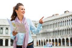 Mulher com mapa que aponta no marco de san da praça Fotos de Stock Royalty Free