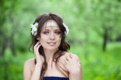 Mulher com margaridas Fotos de Stock Royalty Free