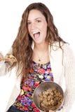 Mulher com a massa de pão do bolinho excitada Fotografia de Stock