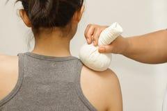 Mulher com massagem erval tailandesa da compressa Foto de Stock