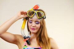 Mulher com mergulhar a máscara que tem o divertimento Imagens de Stock Royalty Free