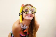 Mulher com mergulhar a máscara que tem o divertimento Fotos de Stock Royalty Free