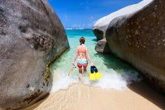 Mulher com mergulhar o equipamento na praia tropical imagem de stock royalty free