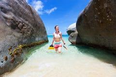 Mulher com mergulhar o equipamento na praia tropical fotos de stock royalty free