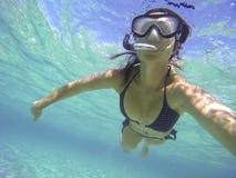 Mulher com mergulho autônomo do tubo de respiração em um mar de turquesa Fotos de Stock Royalty Free