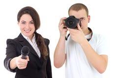 Mulher com microfone e homem com a câmera isolada no branco Fotografia de Stock