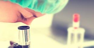 Mulher com microscópio. Foto de Stock