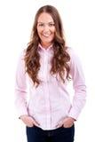 Mulher com mãos no sorriso grande dos bolsos Fotografia de Stock