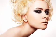A mulher com noite do cabelo louro e da rocha prepara Imagens de Stock