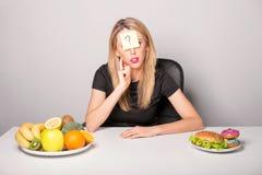 Mulher com nota e ponto de interrogação pegajosos na testa Imagens de Stock Royalty Free