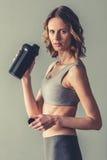 Mulher com nutrição do esporte fotografia de stock