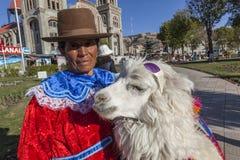 Mulher com o alpaaca no quadrado central de Huaraz imagens de stock royalty free