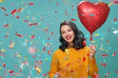 Mulher com o balão de ar da forma do coração imagens de stock royalty free