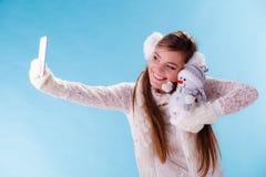 Mulher com o boneco de neve pequeno que toma a foto do selfie Fotos de Stock