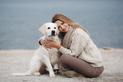 Mulher com o cão na costa de mar fotos de stock
