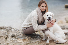 Mulher com o cão na costa de mar foto de stock royalty free