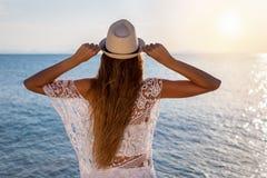 Mulher com o cabelo longo, louro que olha ao mar Foto de Stock