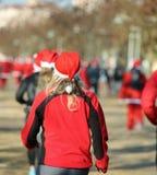 Mulher com o cabelo louro que corre durante a corrida de Santa em Cristo Imagens de Stock Royalty Free