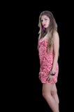 A mulher com o cabelo muito longo que veste estrelas pretas imprime o vestido curto Fotos de Stock