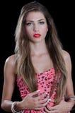 A mulher com o cabelo muito longo que veste estrelas pretas imprime o vestido curto Foto de Stock Royalty Free