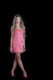 A mulher com o cabelo muito longo que veste estrelas pretas imprime o vestido curto Fotografia de Stock Royalty Free