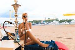 Mulher com o cachimbo de água na praia Fotografia de Stock Royalty Free