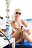 Mulher com o cachimbo de água na praia Imagem de Stock Royalty Free
