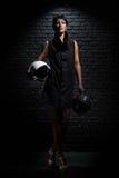 Mulher com o capacete dois ao lado da parede Foto de Stock Royalty Free