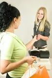 Mulher com o cartão de crédito no registo Fotografia de Stock Royalty Free