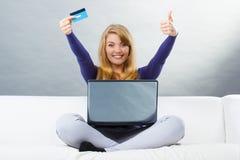 Mulher com o cartão de crédito que paga sobre o Internet pela compra em linha, tecnologia moderna Imagens de Stock Royalty Free