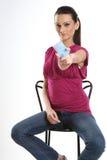 Mulher com o cartão em branco azul fotografia de stock