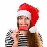 Mulher com o cartão de crédito no Natal Fotografia de Stock Royalty Free