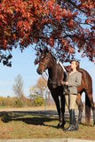Mulher com o cavalo de Brown na queda Fotos de Stock
