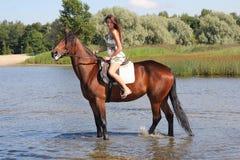 Mulher com o cavalo marrom grande foto de stock